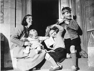 dorothy crowfoot hodgkin with her children toby liz and luke on the announcement of her fellowship of the royal society in 1947 credit oxford times